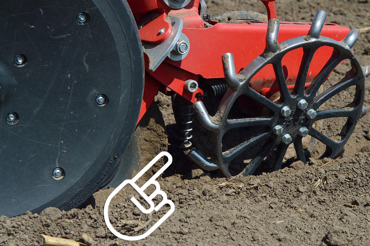 Трубка для внесення рідких добрив може стояти перед вловлювальним колесом (норма 30 - 70 лга), або за ним (70 -100 лга)